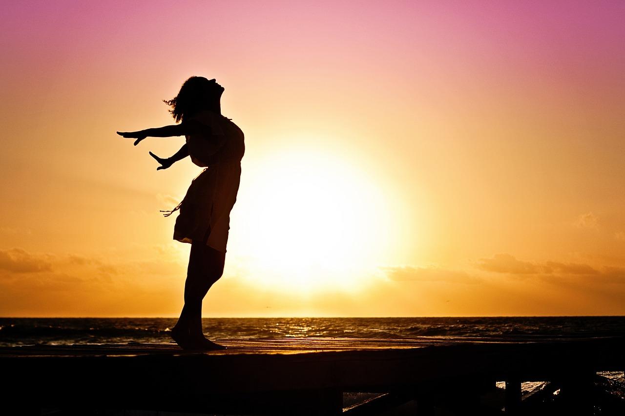 海と女性と夕日