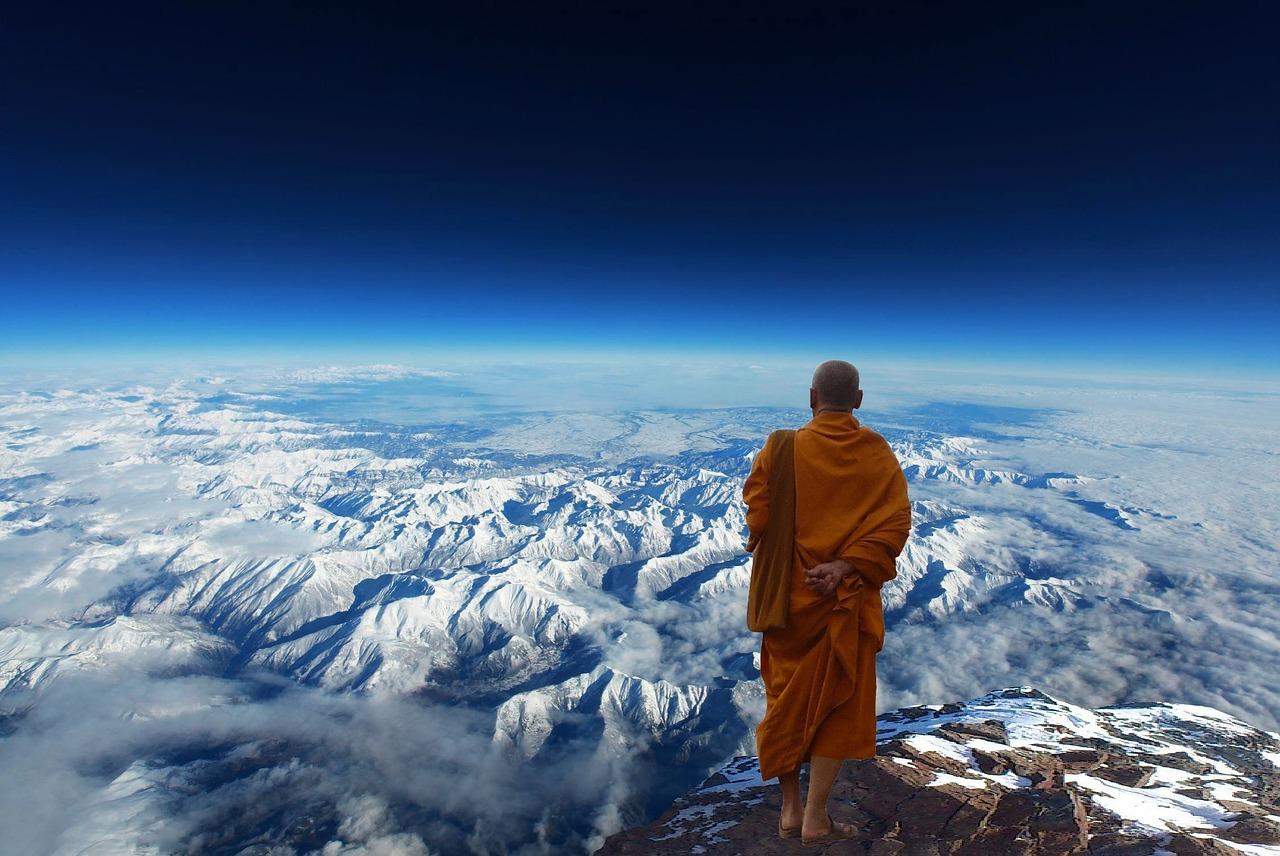 チベットの雪山と僧侶