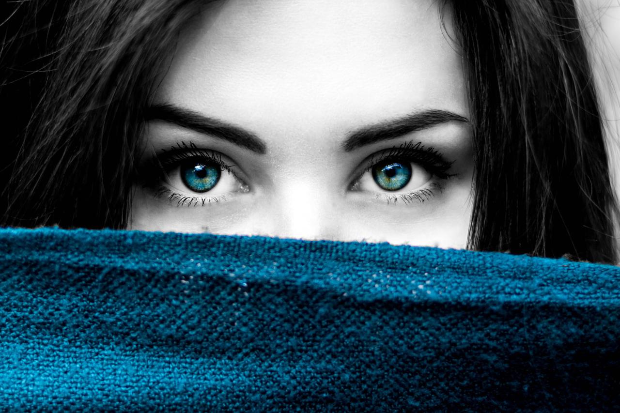 青い目とタオルの女性